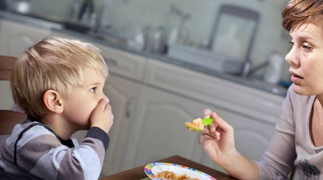 cibo mangiare bambino mamma generica