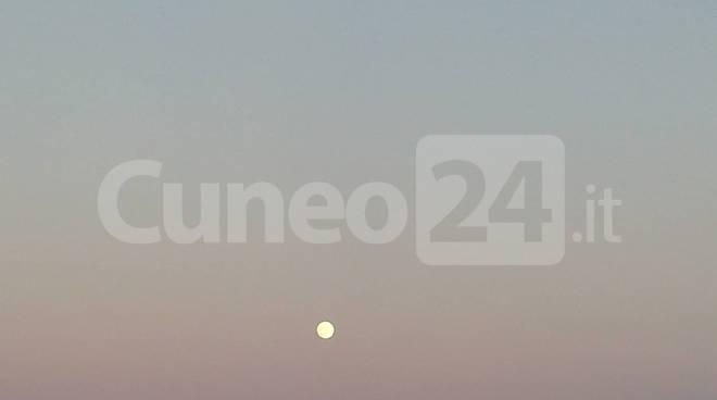 Tramonto con luna piena