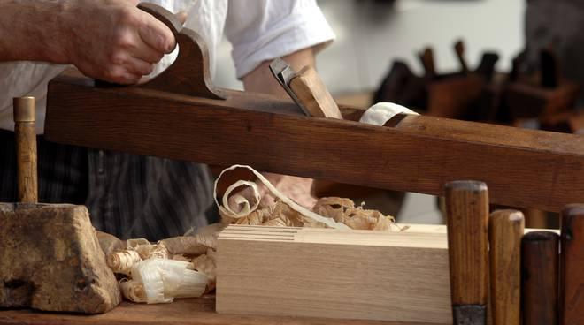 scuola lavoro carpentiere legno mani