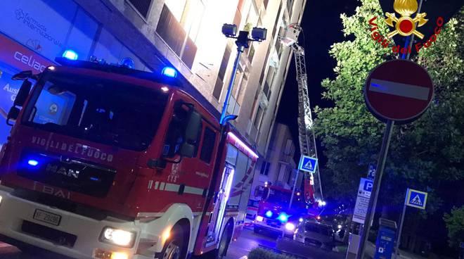 vigili del fuoco alba donna salvata