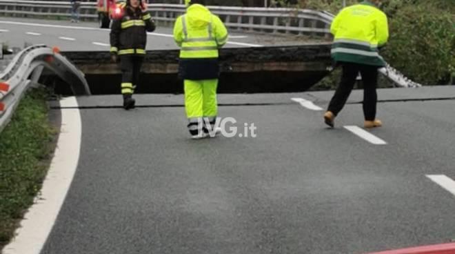 Maltempo, frana sull'autostrada nel Savonese: crolla un viadotto della A6