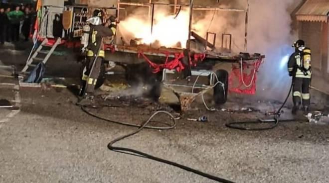 incendio carro allegorico paesana