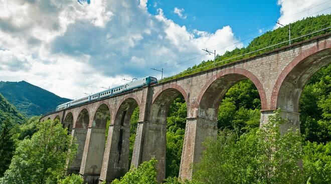Il treno della Cuneo-Ventimiglia sul Ponte Salet a Vernante (Comune del Parco) | G. Bernardi.
