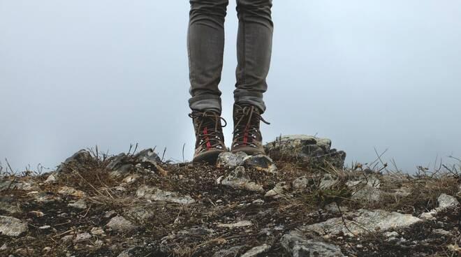 scarponi montagna sentiero pixabay