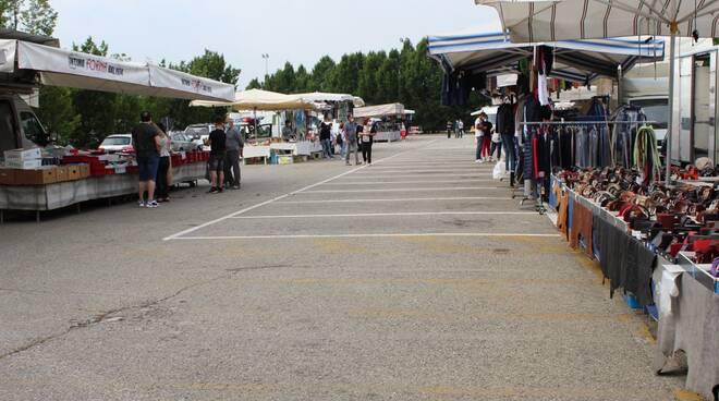 mercato abbigliamento alba piazza sarti