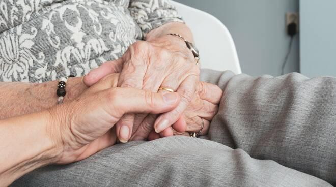 mani anziano pixabay