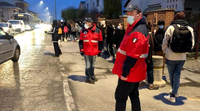 volontari fermata bus a Saluzzo