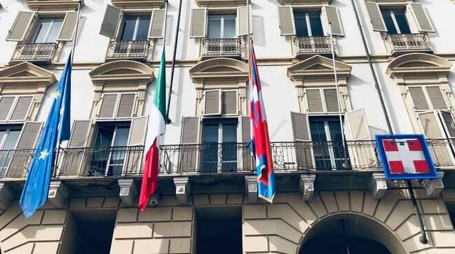 Regione Piemonte bandiere mezz'asta
