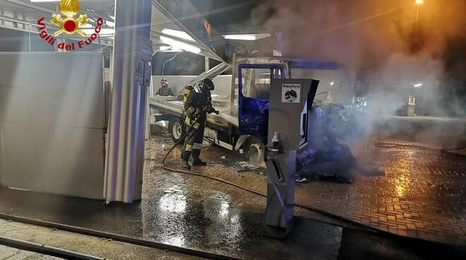 incendio furgone autolavaggio montà